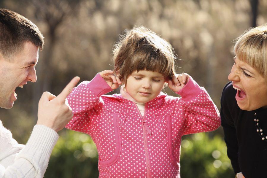 Come fermare i bambini che piangono e disobbediscono - genitori urlano